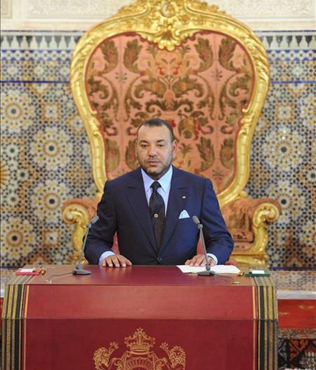 El rey Mohamed VI de Marruecos (en la imagen) ha nombrado hoy al saharaui Ahmedu Uld Suilem como nuevo embajador de su país en España, según ha anunciado la agencia oficial marroquí MAP. EFE/Archivo