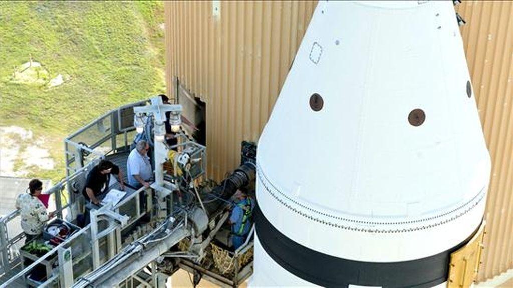 Fotografía del pasado 21 de septiembre en la que se registró a operarios de la NASA revisando al transbordador Discovery, que reporta unas grietas en el tanque e combustible externo, por lo que su lanzamientos se ha postergado para el 17 de diciembre. EFE/Archivo