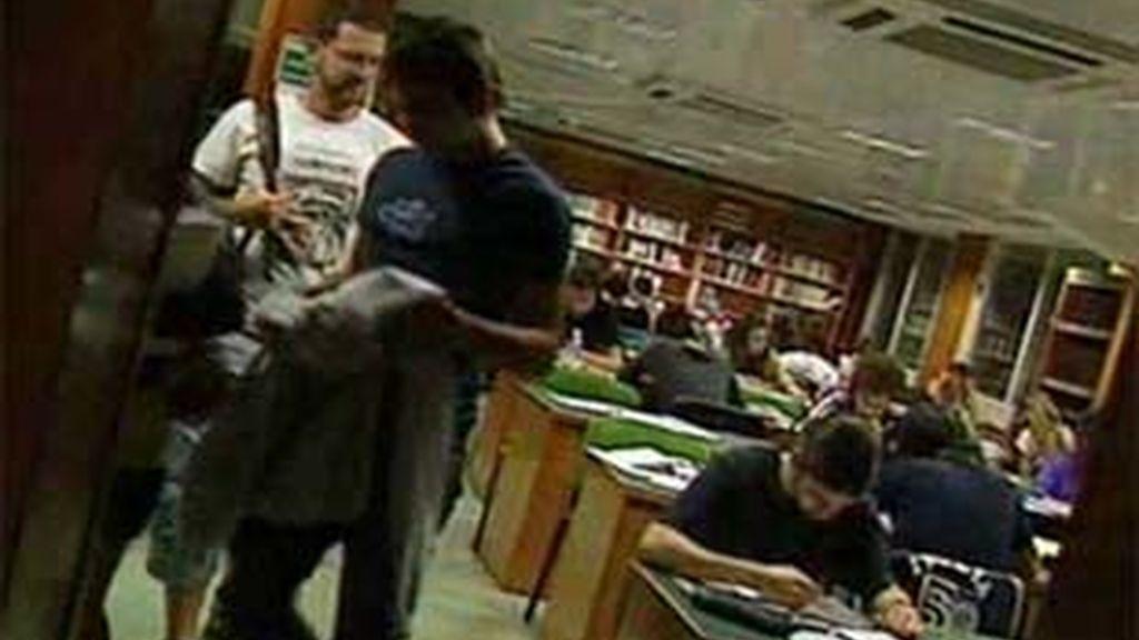 Los estudiantes preparan los exámenes en las bibliotecas de día y de noche