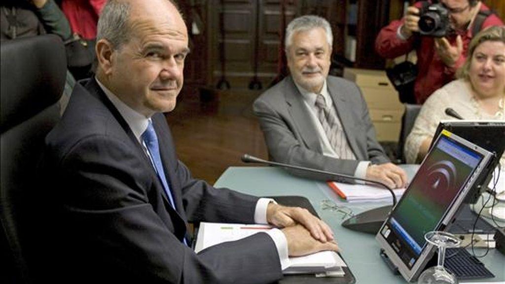 El hasta hoy presidente de la Junta de Andalucía, Manuel Chaves (i), y su vicepresidente segundo, José Antonio Griñan, al inicio de la reunión del Consejo de Gobierno andaluz, hoy en Sevilla. EFE