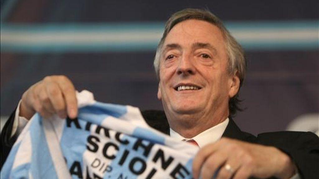 El ex presidente argentino Néstor Kirchner muestra una camiseta de su campaña, durante un acto proselitista para las elecciones legislativas del próximo domingo, a las que se presenta como candidato a diputado por el Partido Justicialista, en Avellaneda, sur de Buenos Aires (Argentina). EFE