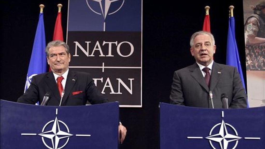 El primer ministro albanés, Sali Berisha (izda), y su homólogo croata Ivo Sanader, atienden a los medios tras la ceremonia de izada de banderas que marca la adhesión de ambos países a la OTAN, en Bruselas, Bélgica, el 7 de abril de 2009. EFE