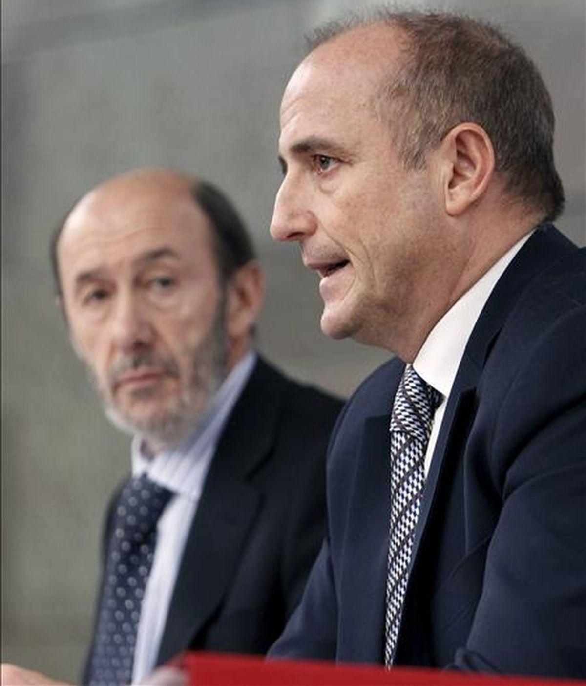 El vicepresidente primero del Gobierno, Alfredo Pérez Rubalcaba (i) y el ministro de Industria, Turismo y Comercio, Miguel Sebastián, durante la rueda de prensa posterior a la reunión del Consejo de Ministros. EFE