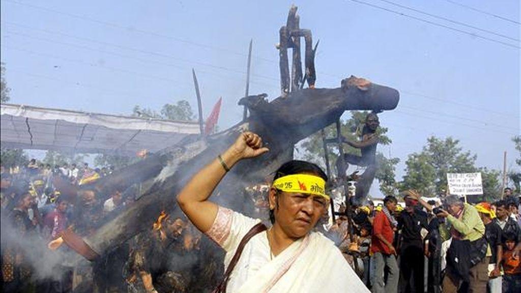 Activistas protestan en contra del escape de gas ocurrido hace 26 años en Bhopal que causó la muerte de 3.000 personas con motivo del aniversario hoy, viernes, 3 de diciembre de 2010. Según varios informes se estima que cerca de 20.000 personas han muerto a causa de esta tragedia. EFE
