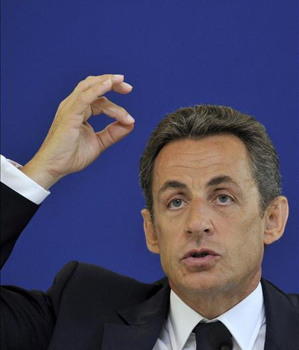 """El presidente francés, Nicolas Sarkozy, comparecerá en la cadena de televisión pública """"France 2"""" el próximo lunes para hablar de cuestiones de """"actualidad"""", entre las que sin duda se incluirá el escándalo protagonizado por la heredera de L'Oréal, Liliane Bettencourt. EFE/Archivo"""