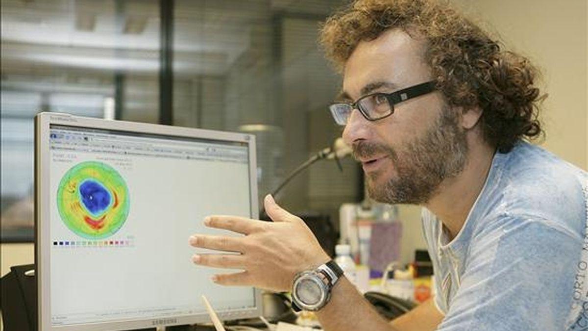 El investigador del Centro de Investigación Atmosférica de Izaña (Tenerife) Alberto Redondas, durante la entrevista que concedió a Efe, en la que afirmó que el primer episodio de este año de agujero de la capa de ozono sobre Ushuaia, en la Patagonia argentina, se detectó el 17 de septiembre. EFE