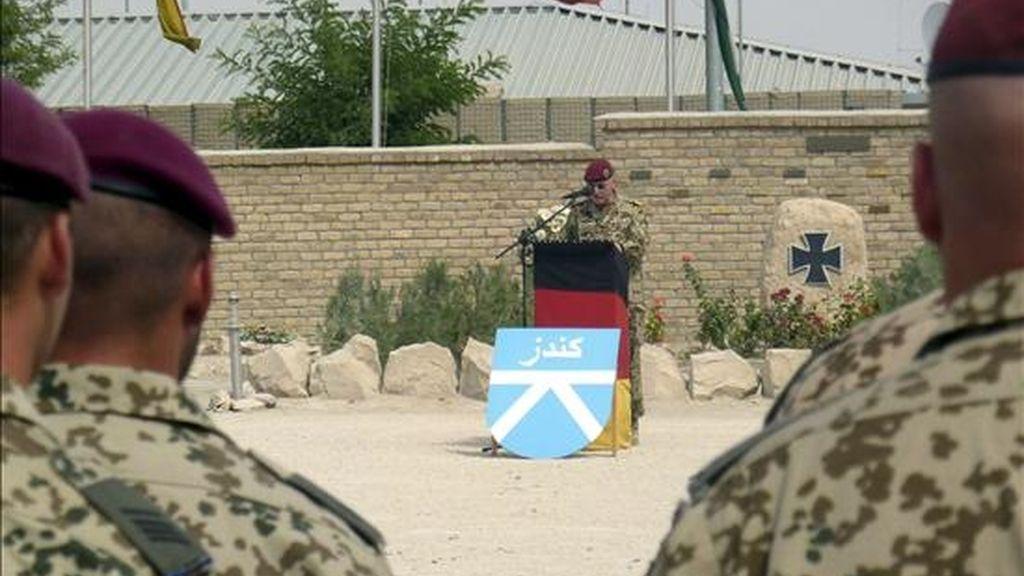 Oficiales alemanes asisten a la ceremonia de cambio de mando del equipo alemán de reconstrucción provincial de la Fuerza Internacional de Asistencia a la Seguridad (ISAF) de la OTAN en la base militar de Kunduz (Afganistán), el pasado 27 de septiembre. EFE/Archivo