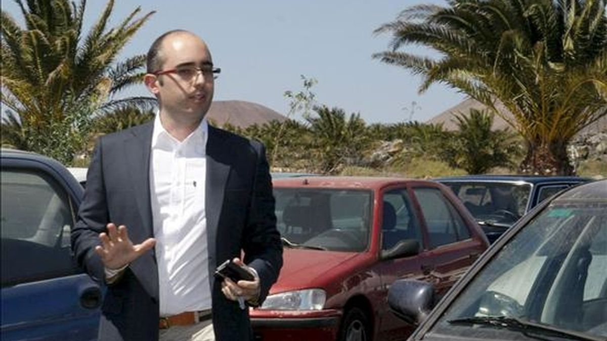 El vicepresidente del Cabildo de Lanzarote, Fabián Martín Martín (PIL), a su llegada al cuartel de la Guardia Civil de Costa Teguise donde ha sido citado para declarar esta tarde como imputado en la trama de corrupción municipal y urbanística destapada en Lanzarote. EFE