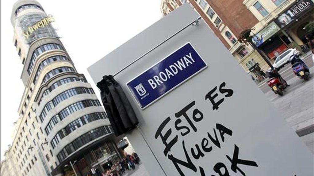 La Gran Vía madrileña, la emblemática avenida de la capital que este año cumple el centenario del inicio de sus obras, se llama hoy por un día Broadway. El nombre de la célebre calle neoyorquina lucirá durante toda la jornada de hoy en una placa temporal (en la imagen) que se ha instalado en la esquina de la Gran Vía con Callao. EFE