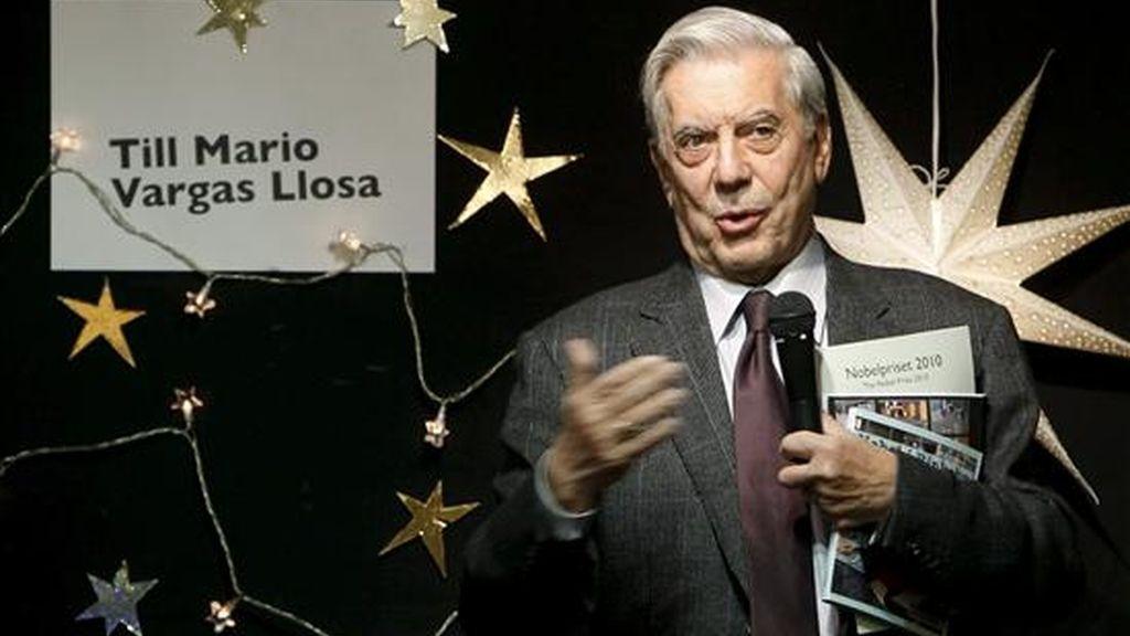 El escritor hispano-peruano Mario Vargas Llosa, durante el discurso que ha pronunciado en la visita realizada al colegio de niños inmigrantes Rinkeby, a las afueras de la ciudad de Estocolmo donde hoy recibirá el Premio Nobel de Literatura. EFE