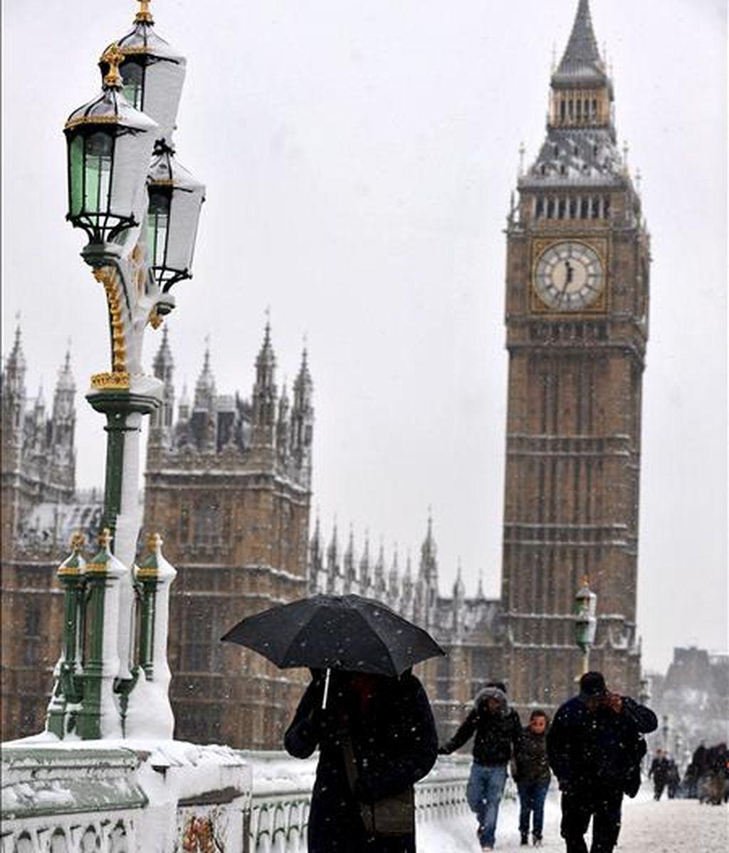 Personas caminan bajo una intensa nevada por el centro de Londres, Reino Unido. EFE
