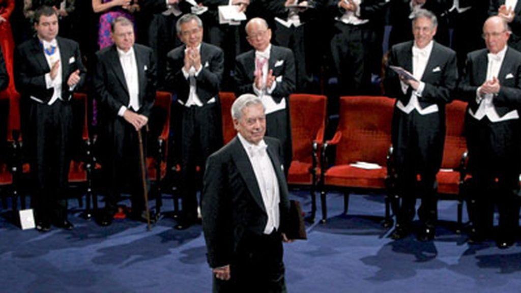Mario Vargas Llosa recogió la medalla y el diploma que le reconocen premio Nobel de Literatura, de manos del rey Carlos Gustavo de Suecia durante la ceremonia de entrega de los galardones.Vídeo: Informativos Telecinco.