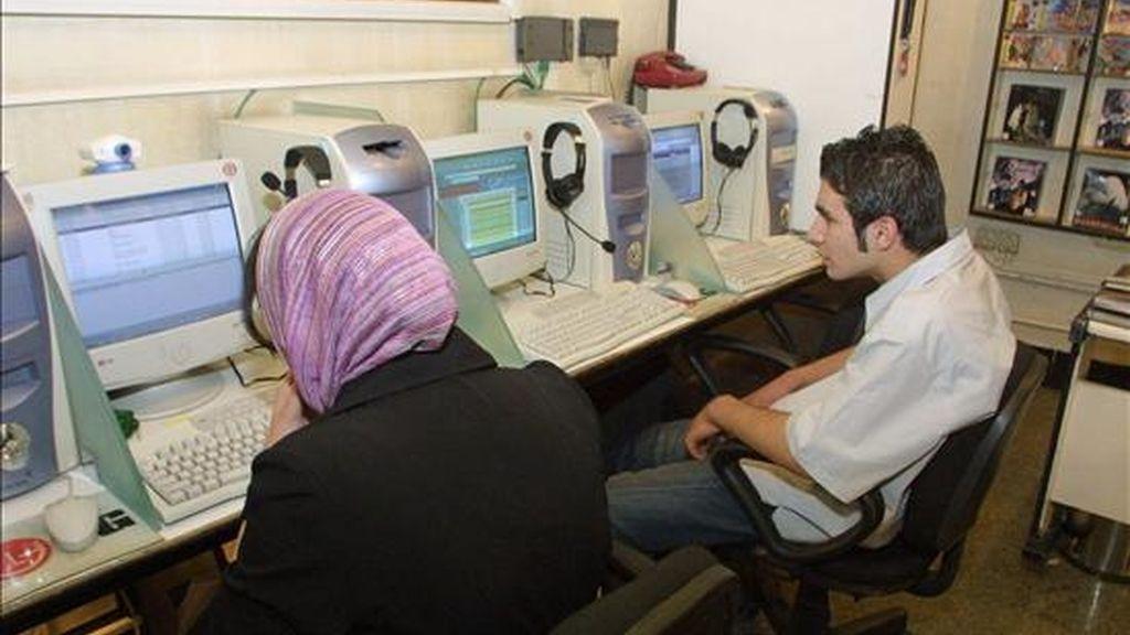 Dos jóvenes iraníes navegan por internet en un cibercafé de Teherán. EFE/Archivo
