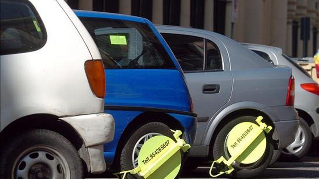 Un vehículo aparcado en zona azul sin la debida autorización no podrá ser retirado por la grúa aunque sí podrá ser multado. Vídeo: Atlas.