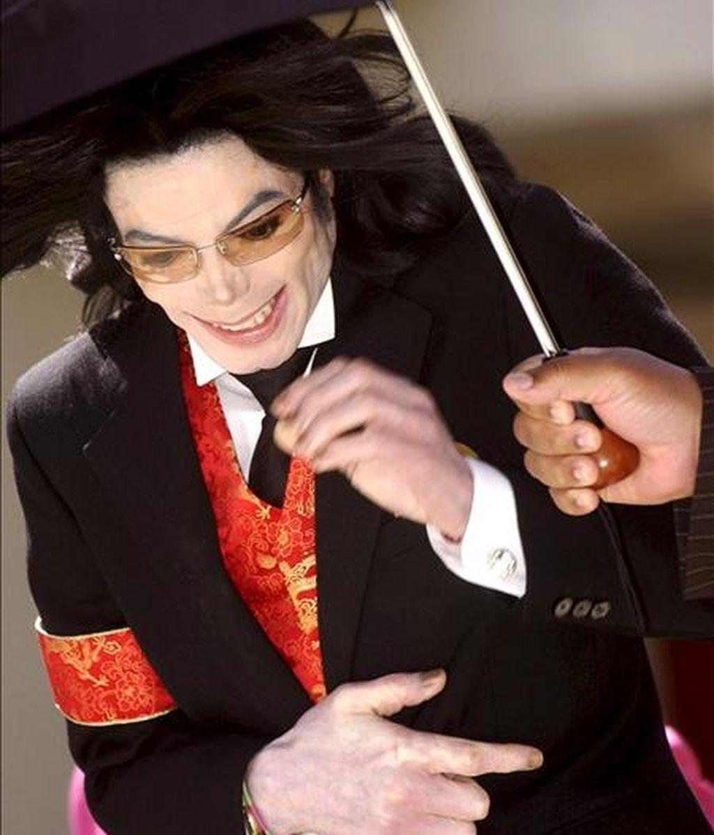 Fotografía de archivo realizada el 14 de abril de 2005 que muestra al 'rey del pop' Michael Jackson a su salida del al tribunal de Santa Bárbara, en Santa María, Estados Unidos. El legendario Michael Jackson murió ayer, 25 de junio, a los 50 años en Los Ángeles, después de que fuera encontrado en su mansión de Bel Air en coma, tras sufrir aparentemente una parada cardíaca. EFE/Archivo