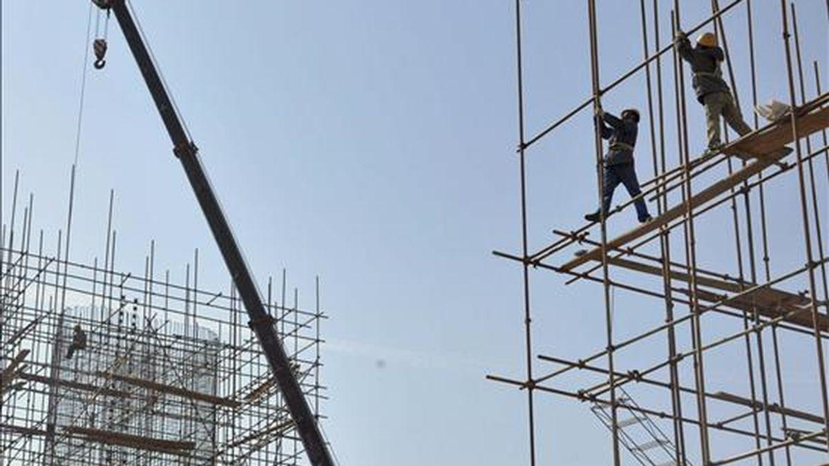 Trabajadores de la construcción edifican un puente. EFE/Archivo