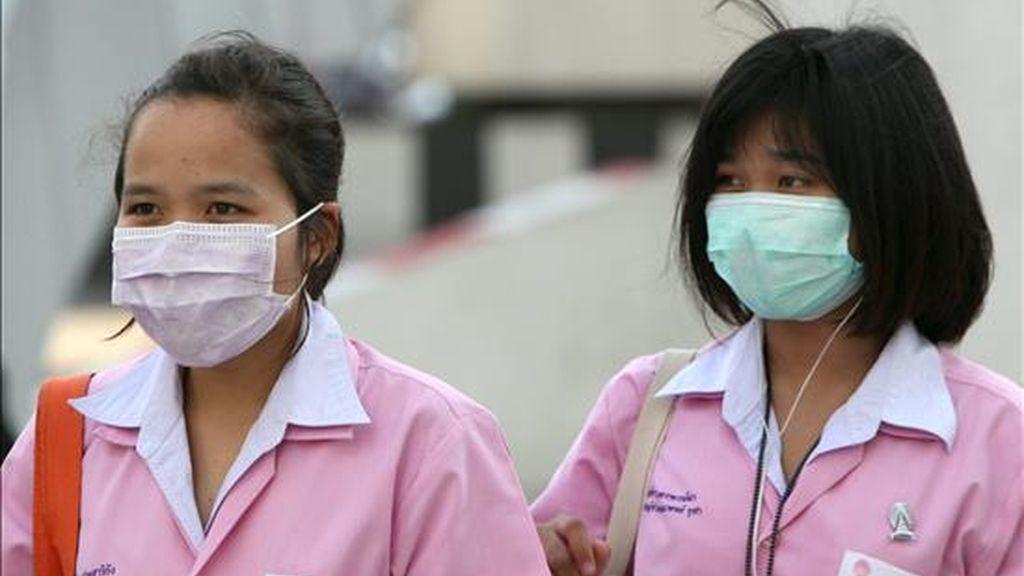 Estudiantes tailandesas se protegen con mascarillas en una zona comercial del centro de Bangkok. EFE