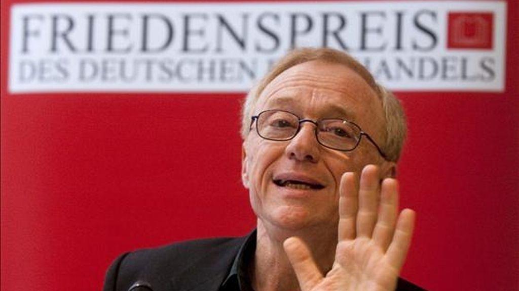 El escritor israelí, David Grossmann, habla de su obra y de su postura ante la situación en Oriente Medio durante una rueda de prensa hoy en la Feria del Libro de Fráncfort, Alemania. EFE