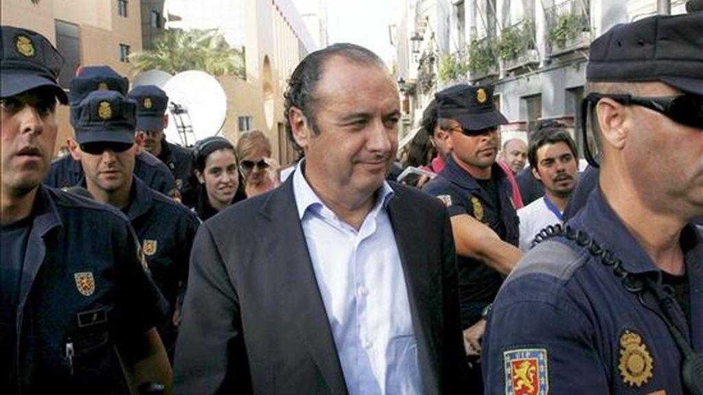 El presidente de la Diputación y del PP de Alicante, José Joaquín Ripoll (c), tras prestar declaración ante ante el titular del juzgado número 3 de Orihuela, Carlos Sanmartín. EFE