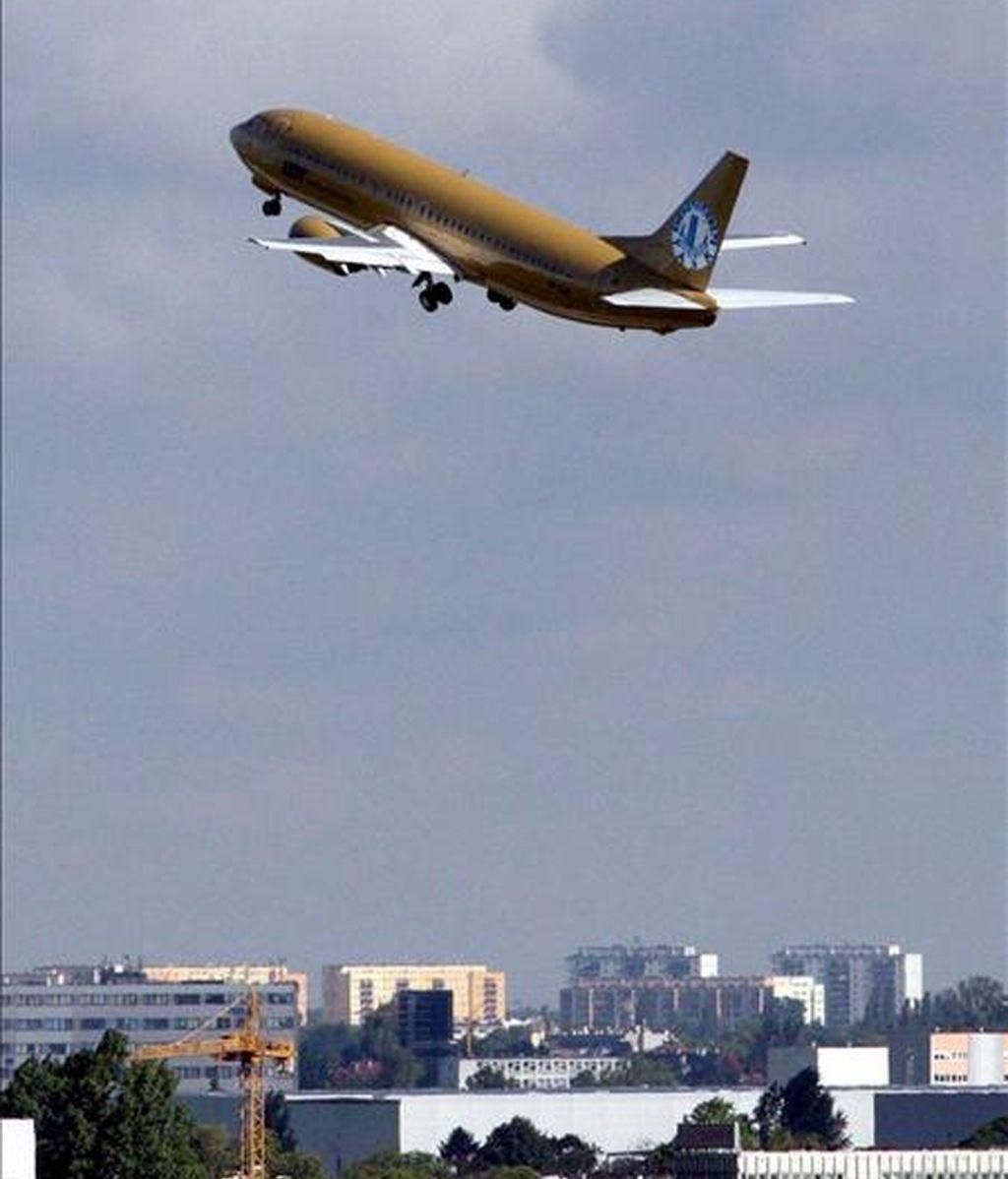 En la imagen, un avión de las aerolíneas polacas pintado de dorado despega del aeropuerto de Varsovia, Polonia. EFE/Archivo