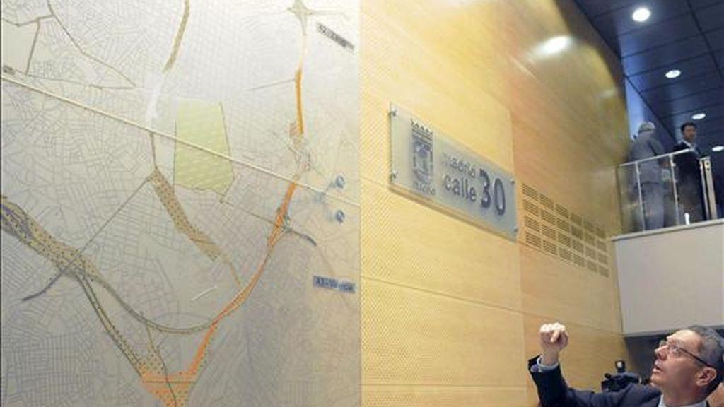 El Gobierno autoriza a Gallardón la subrogación de la deuda de la M-30. El alcalde de Madrid, Alberto Ruiz Gallardón ante un plano de la calle 30 de Madrid. e velocidad. EFE/Archivo