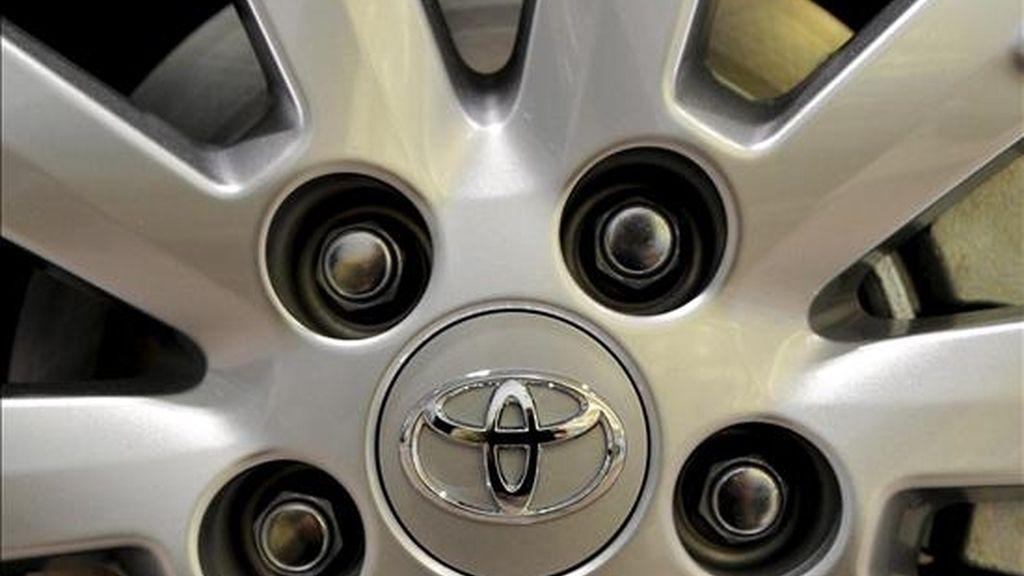 Logotipo de la marca de automóviles japonesa Toyota en la llanta de una rueda de un vehículo expuesto en un concesionario de la marca en Tokio (Japón). La ralentización de las exportaciones ensombrece la recuperación japonesa. EFE/Archivo