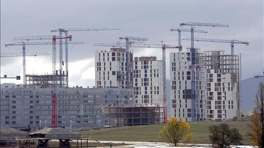 En la imagen, varios edificios de viviendas en construcción. EFE/Archivo