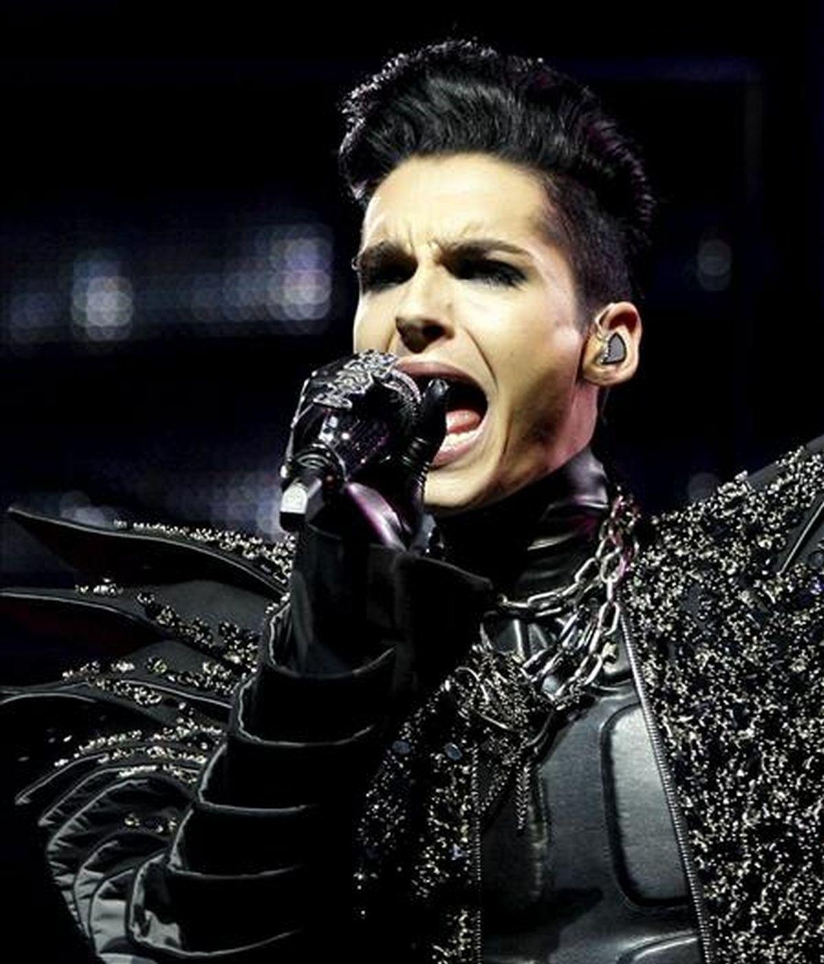 """Uno de los hermanos Kaulitx, el vocalista del grupo alemán Tokio Hotel, Bill Kaulitz, durante el concierto ofrecido en Madrid, dentro de la gira """"Humanoid"""". EFE/Archivo"""