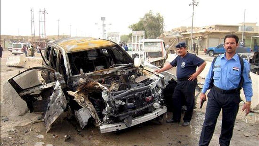 Policías iraquíes inspeccionan los restos de un coche utilizado en un atentado con coche bomba, ayer martes 7 de abril, Faluya, Irak. Hoy se ha registrado otro ataque con víctimas mortales en Bagdad. EFE
