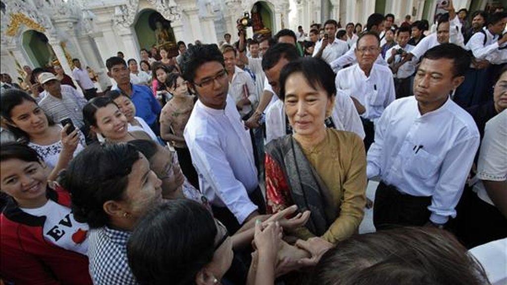 La líder pro democracia birmana, Aung San Suu Kyi (c), saluda a sus seguidores hoy durante una visita a la pagoda de Shwedagon en Rangún (Birmania -Myanmar). Suu Kyi, premio nobel de la paz, fue liberada el pasado 13 de noviembre tras pasar 20 años arrestada. EFE