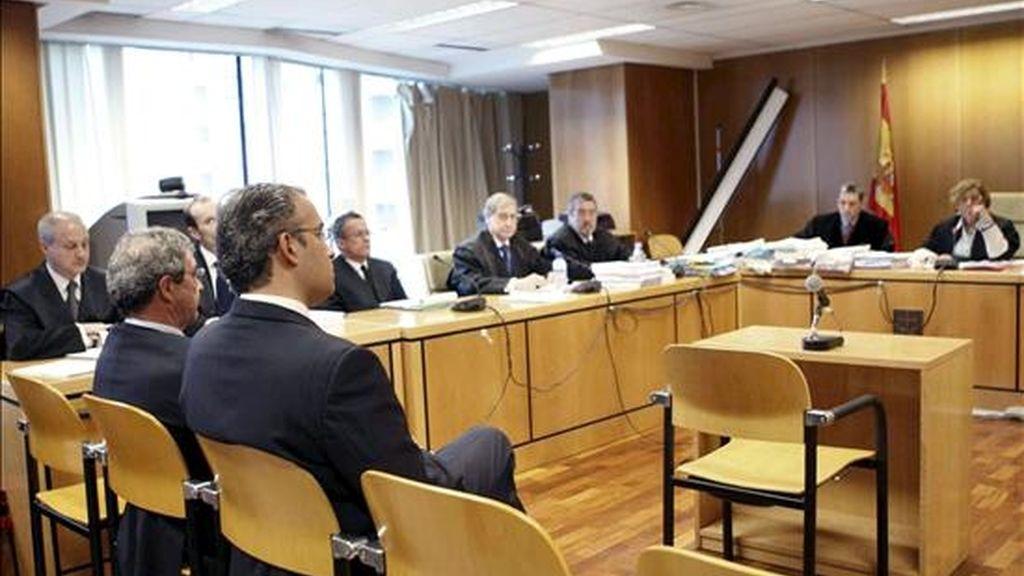 El presidente de Telefónica, César Alierta (primer término-2d), durante el jucio oral que comenzó hoy en la Audiencia Provincial de Madrid, en el que se le acusa de un delito de uso de información privilegiada en la compraventa de acciones de la empresa que encabezaba en 1997. EFE
