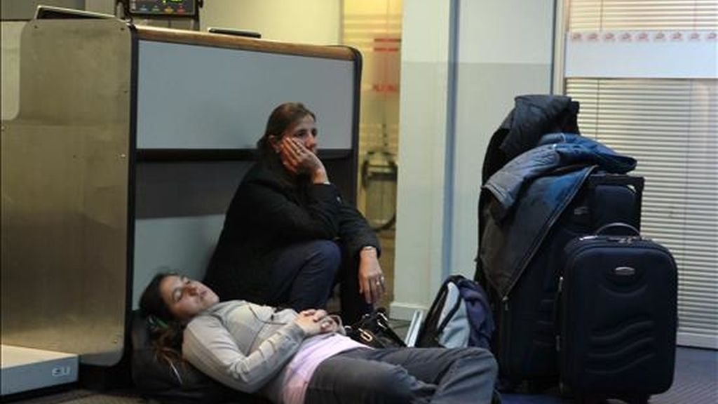 Dos jóvenes esperan por su vuelo con la aerolínea chilena LAN durante una huelga de tripulantes de cabina. EFE/Archivo
