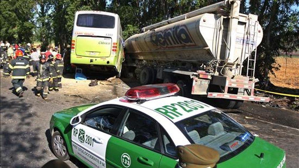 Imagen en la que se observan el autobús y el camión que colisionaron este marte en Melipilla (Chile). Como resultado de este accidente, diecinueve personas murieron y veintidos resultaron heridas, nueve de ellas de extrema gravedad. EFE