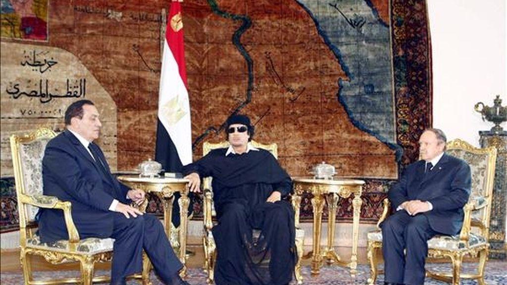 El presidente egipcio, Hosni Mubarak (izq.), hoy en El Cairo junto a su homólogo argelino, Abdelaziz Buteflika (dcha.), y el líder libio, Muamar el Gadafi. EFE