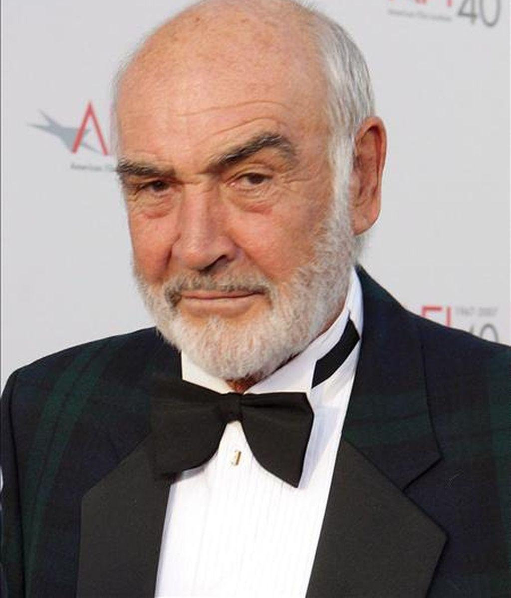 Fotografía de archivo del 7 de junio de 2007 del  actor británico Sean Connery, a su llegada a la gala en la que el Instituto Estadounidense de Cinematografía (American Film Institute, AFI) le entregará el premio honorario a toda una vida a Al Pacino, en Los Angeles (California). EFE/Archivo