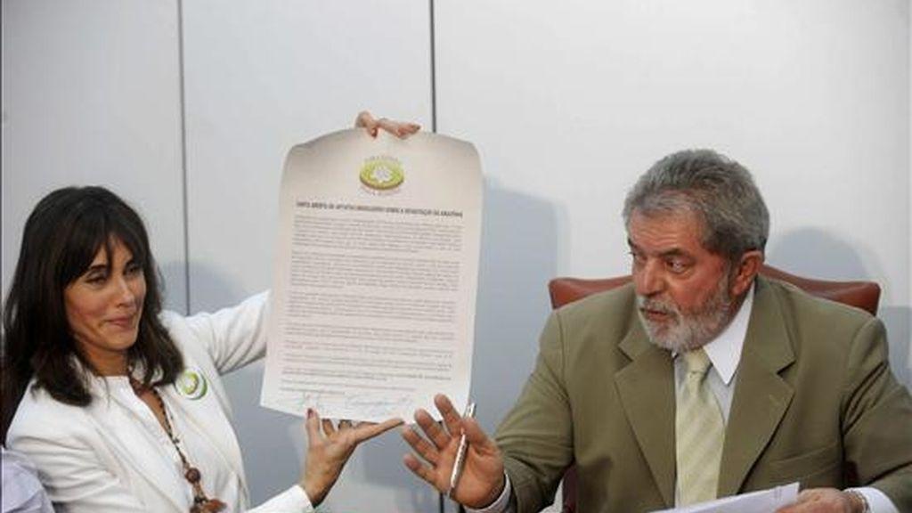 """El presidente de Brasil, Luiz Inácio Lula da Silva (d), recibe en su gabinete a la actriz Cristiane Torloni (i), que sostiene la """"carta abierta de artistas brasileros sobre la devastación en la Amazonía"""". Lula se unió a la declaración y firmó la comunicación. EFE"""