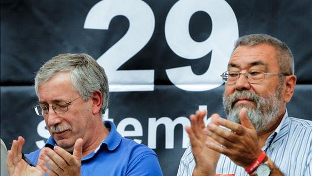 Los secretarios generales de CCOO, Ignacio Fernandez Toxo (i) y de UGT, Cándido Mendez, han celebrado en el pabellón municipal del Cabanyal, en Valencia, una asamblea con motivo de la huelga general del 29 de septiembre. EFE