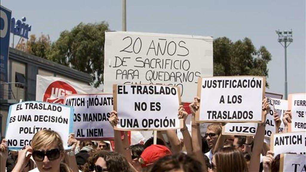 Los trabajadores de Spanair durante la concentración que han protagonizado hoy ante las oficinas de la aerolíneas en Palma en contra de su traslado a Barcelona. EFE