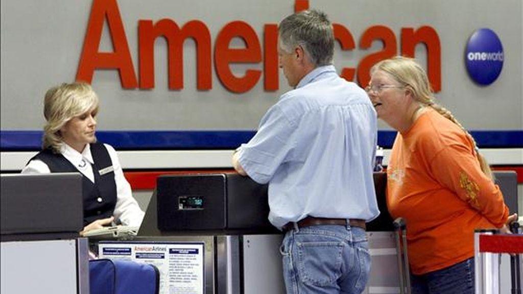 Los ingresos por pasajeros de American Airlines cayeron el 16 por ciento entre los dos periodos comparados, mientras que los obtenidos a través de sus filiales regionales bajaron el 21,4 por ciento y los conseguidos por transporte de mercancías se redujeron el 3,9 por ciento. EFE/Archivo