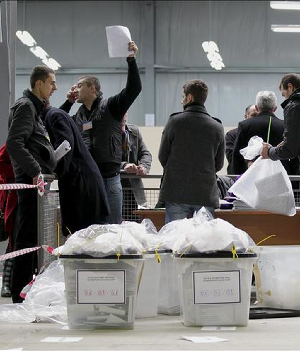 Proceso de recuento de votos de las elecciones legislativas celebradas ayer, en un centro de recuento de votos en Pristina (Kosovo). EFE