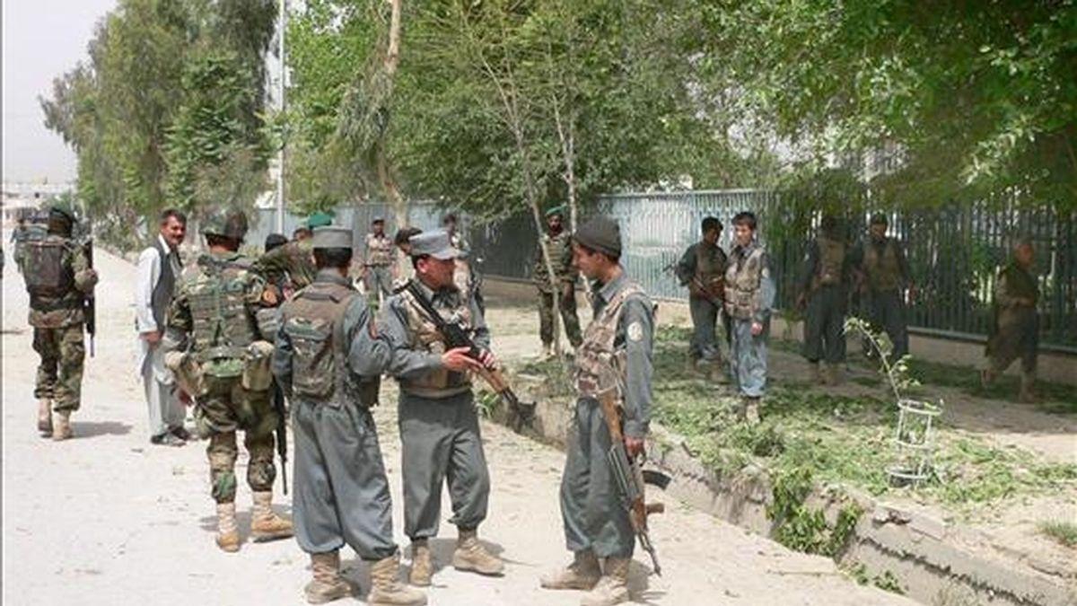 Un policía afganon vigilan los alrededores tras la explosión de una bomba en Kandahar (Afganistán). EFE/Archivo