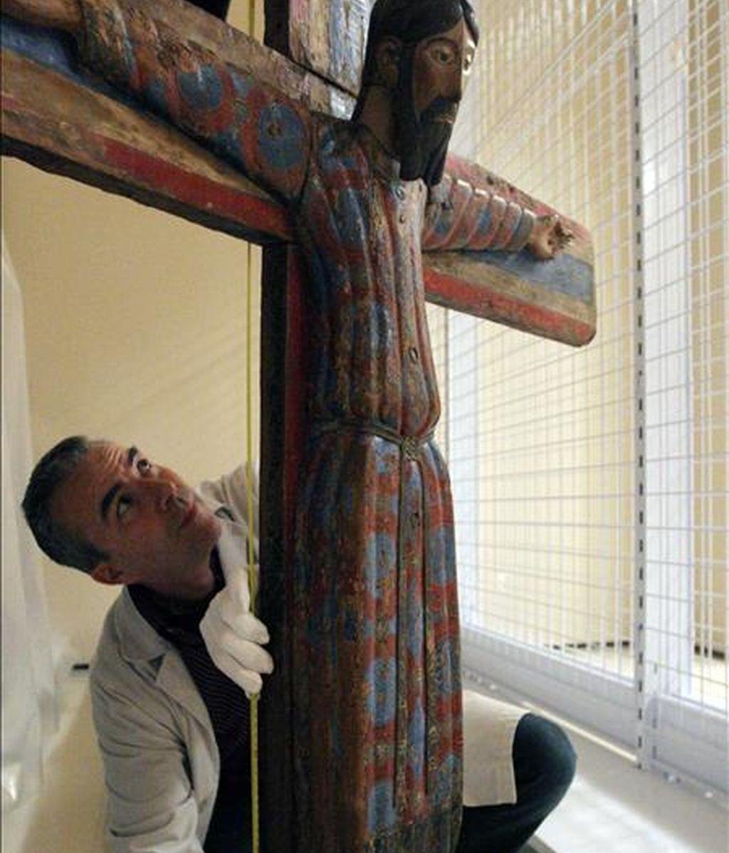 Un técnico toma medidas de una obra de arte románico del Museo Nacional de Arte Contemporáneo de Cataluña ( MNAC), donde se presento esta mañana el cierre público y la remodelación de sus salas así como la exposición sobre Courbet y su influencia en el realismo español que será uno de los principales atractivos de la temporada en el Museo en el 2011. EFE