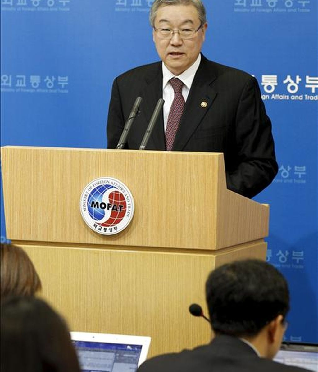 El ministro del Exterior surcoreano, Kim Sung-hwan, convoca una rueda de prensa para informar de las conversaciones entre los seis partidos en materia nuclear, en Seúl (Corea del Sur), hoy, martes, 14 de diciembre de 2010. EFE