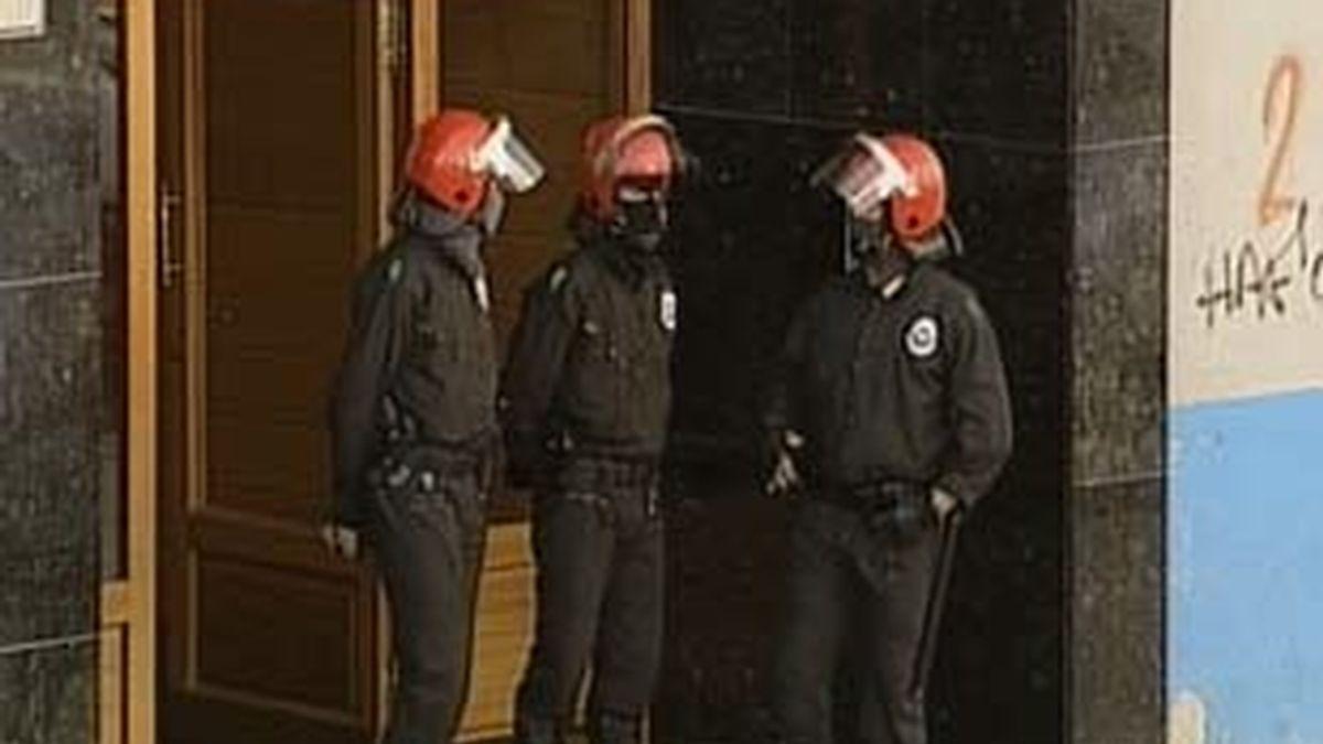 Los agentes han procedido al registro de los domicilios de los dos detenidos. Vídeo: Informativos Telecinco.