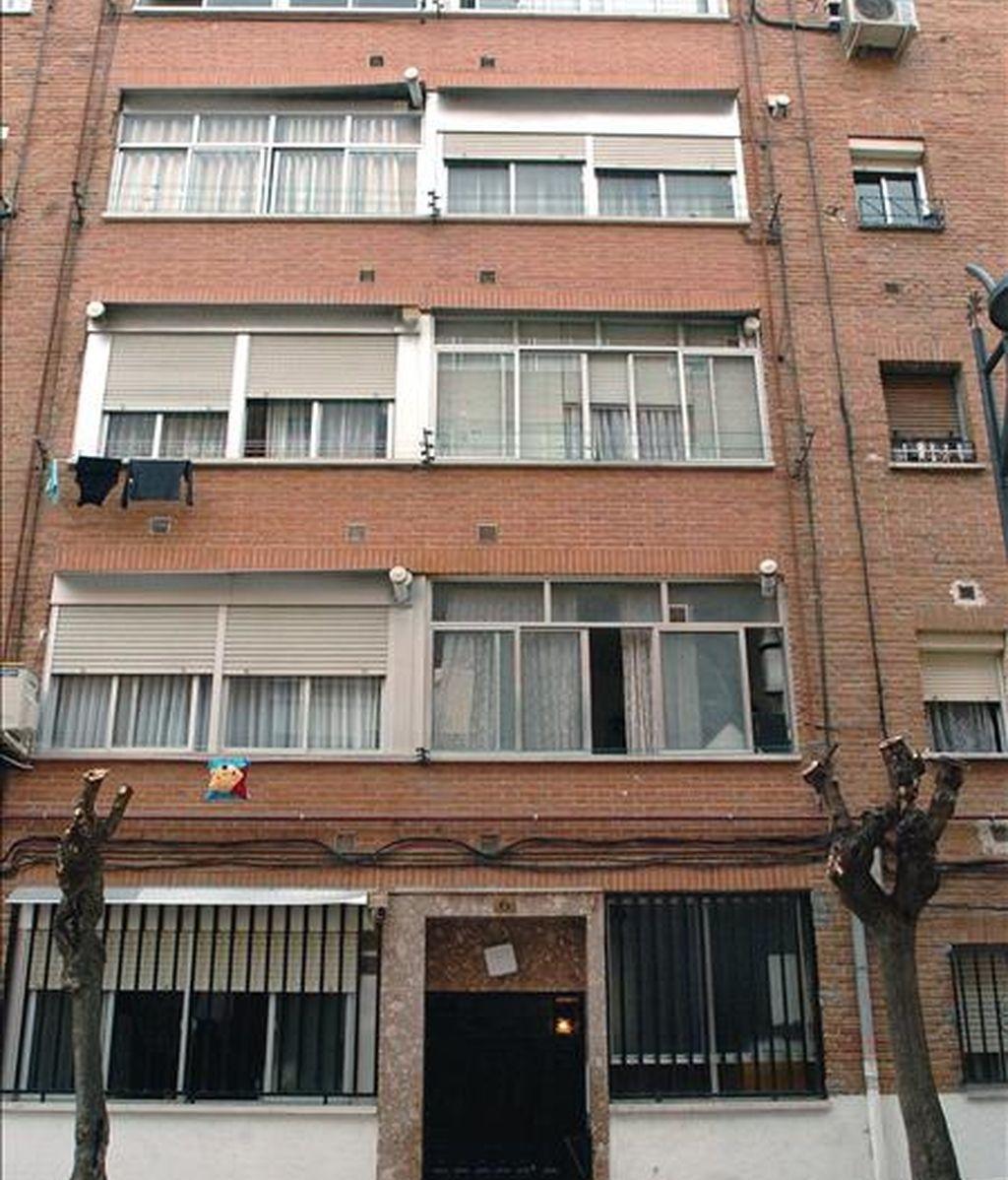 Fachada del edificio situado en el número 6 de la calle Camelias, en la localidad madrileña de Getafe, donde fue detenido Mohamed Haddad, de 30, por su supuesta relación con el terrorismo islamista y con los implicados en los atentados del 11 de marzo de 2004 en Madrid. EFE/Archivo