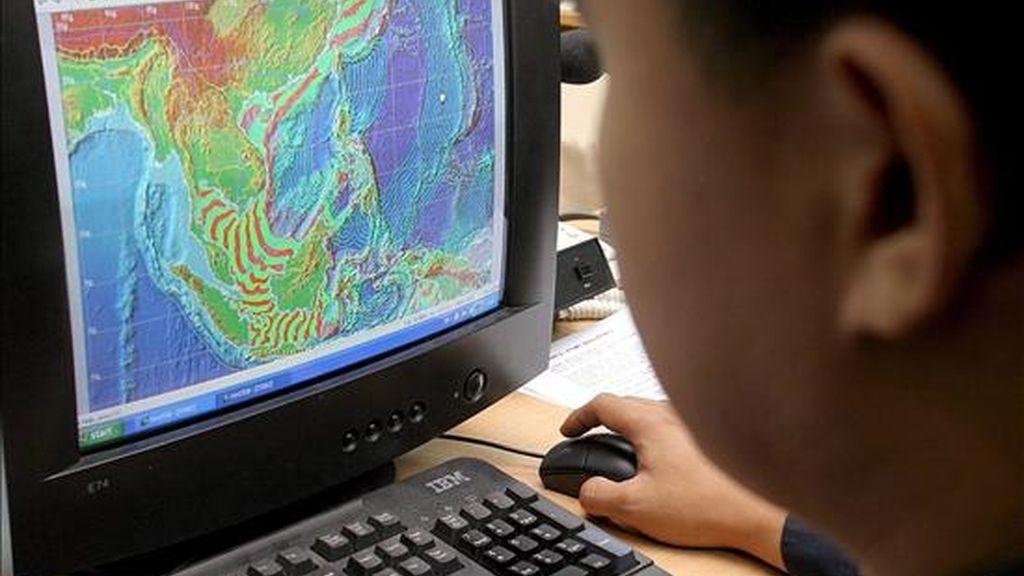 Un técnivo del Centro de Operaciones Nacional de Alerta contra Desastres de Tailandia analiza en una pantalla imágenes de la costa del Pacífico. EFE/Archivo