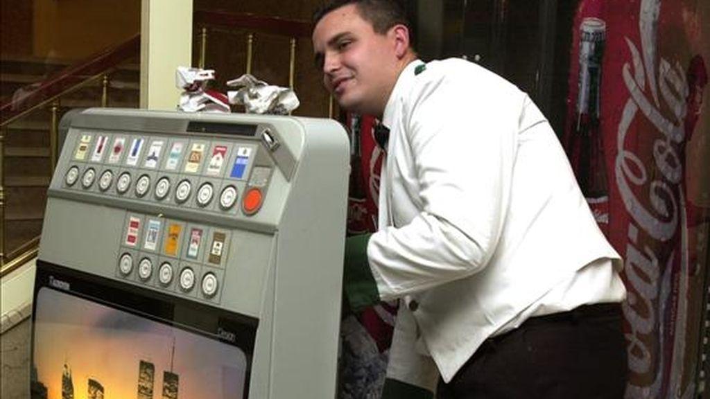 Casi la mitad de los trabajadores de los locales de hostelería donde está permitido fumar presentan antecedentes de enfermedades respiratorias y este porcentaje se sitúa en torno al 30 por ciento en el caso de los establecimientos donde no se fuma, según un informe de UGT y CCOO. EFE/Archivo