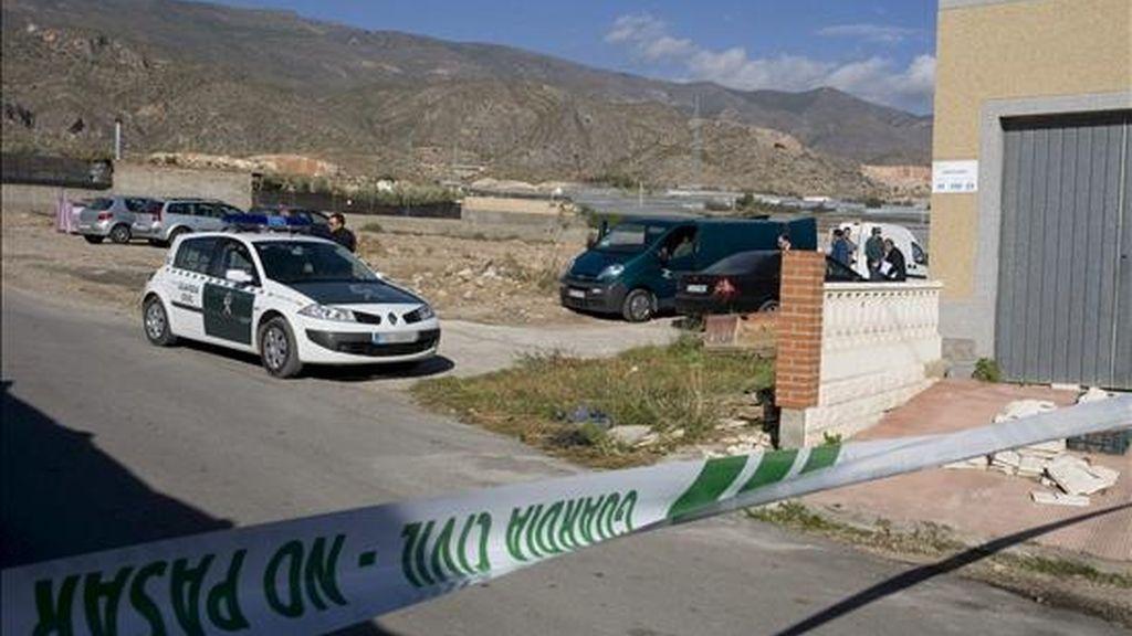 Cordón policial establecido por la Guardia Civil alrededor de la vivienda incendiada en la que el pasado día 20 se encontró el cuerpo de una mujer, en el paraje de Fuente Nueva, en el termino municipal de El Ejido (Almería). EFE