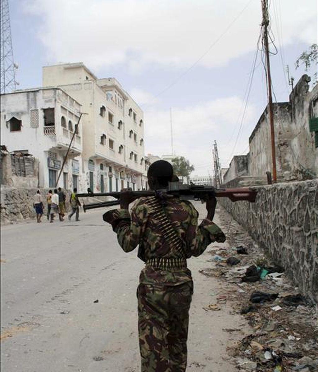 Un miembro de las tropas de la Misión de la Unión Africana en Somalia (AMISOM) durante un combate con insurgentes de Al Shabab -milicia local vinculada a Al Qaeda- en Mogadiscio (Somalia), hel pasado mes de marzo. EFE/Archivo
