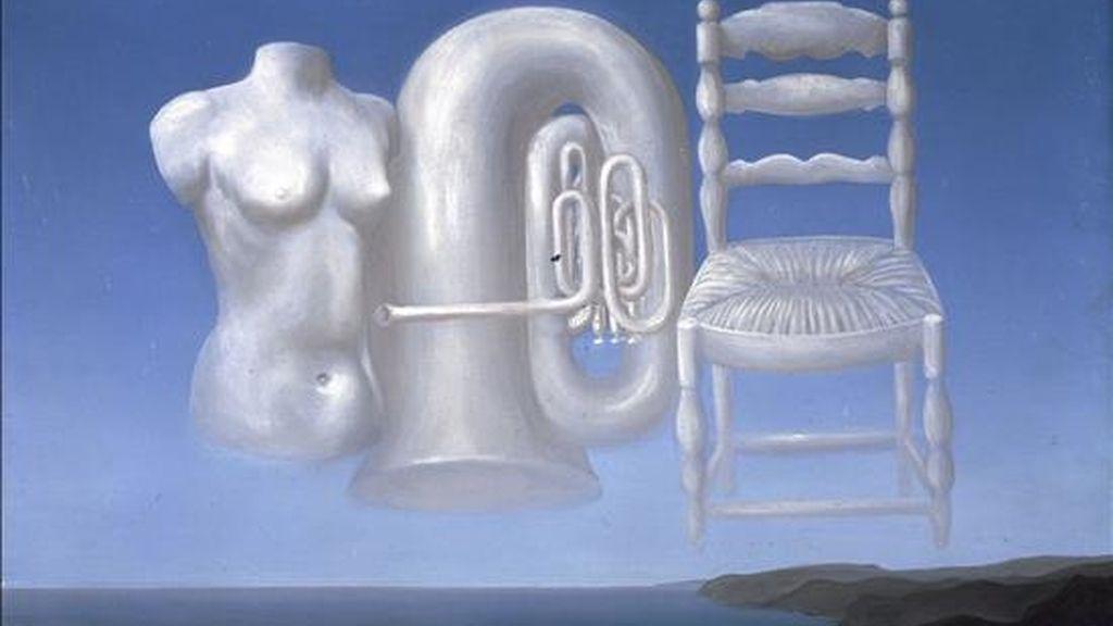 """El surrealismo parece estar últimamente de moda en el Reino Unido con exposiciones como la titulada """"La Casa Surrealista"""", del centro Barbican de Londres, o la dedicada a Leonora Carrington y Remedios Varo, en la Pallant House Gallery, de Chichester. En la foto, una de las obras que se exhibe: """"Le Temps Menaçant"""", de René Magritte. EFE"""